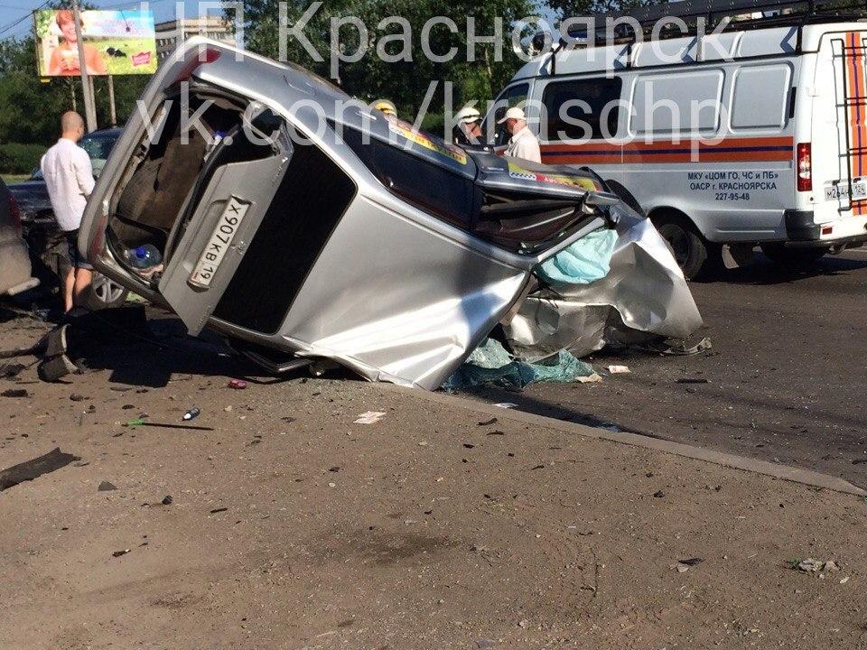 Размещено видео смертоносного лобового ДТП вКрасноярске, где скончался таксист