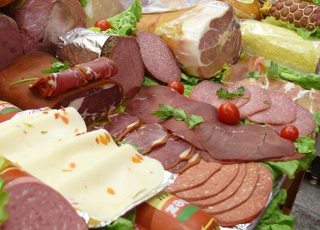 ВКрасноярске уничтожили семь тонн небезопасной колбасы отАПК «Мавр»