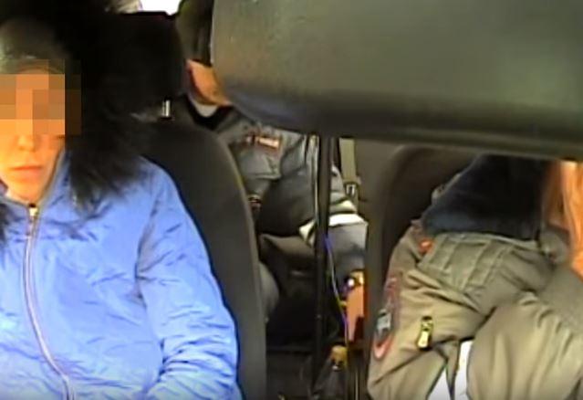 Под Красноярском инспекторы словили пьяную мать, перевозившую всалоне авто троих детей