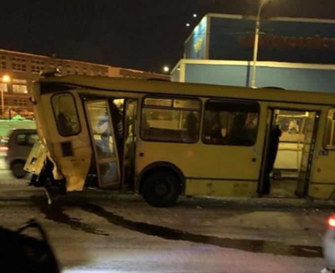 Наюго-западе Петербурга столкнулись «КАМАЗ», автобус итроллейбус